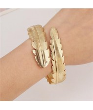 Punk High Fashion Alloy Feather Costume Bangle - Golden