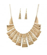 Unique Hollow Design Linked Bars High Fashion Women Bib Necklace - Golden