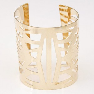 Irregular Hollow Floral Pattern Super Wide Fashion Bangle - Golden